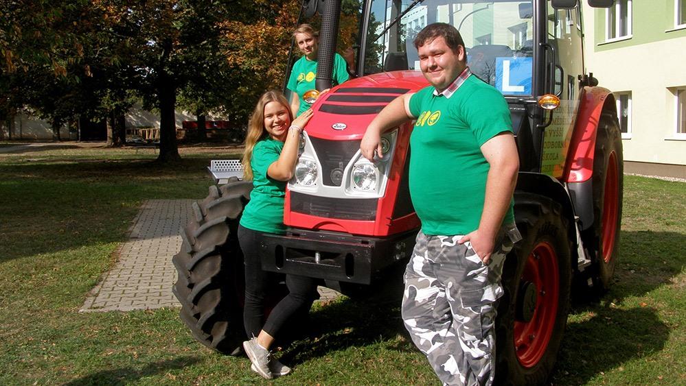 studenti při praxi s traktorem